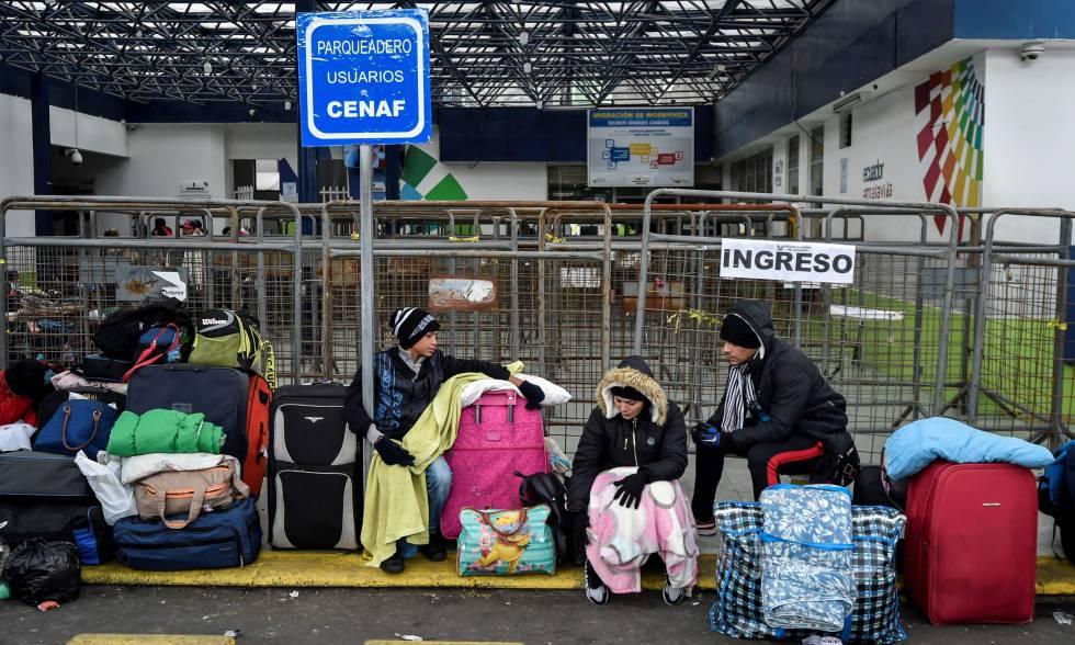 Inmigrantes venezolanos esperan ante la oficina de migración ecuatoriana en el puente internacional de Rumichaca, en la frontera entre Ecuador y Colombia.