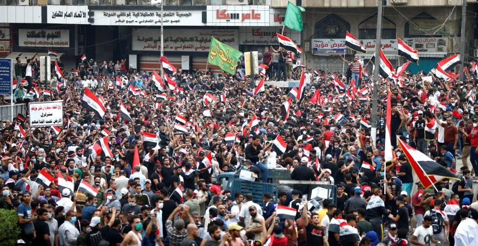 Miles de ciudadanos se manifiestan este viernes en Bagdad.