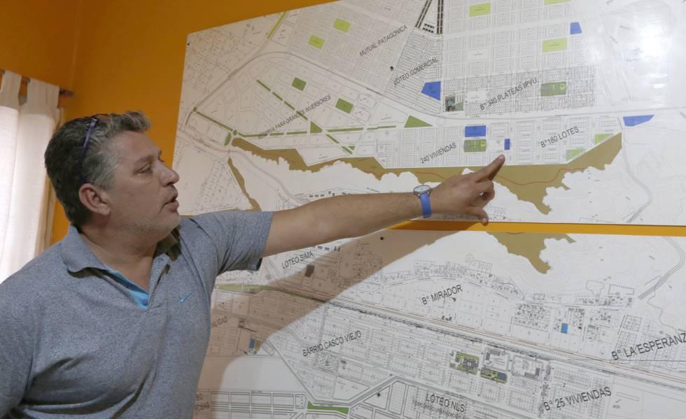 Miguel Arriola, secretario de gobierno de la municipalidad, señala un mapa de Añelo.