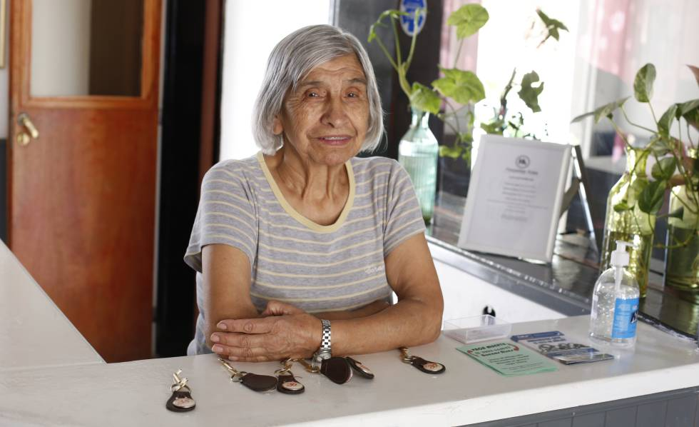María Eliana Fuentes recibe a los huéspedes en el Hospedaje Añelo.