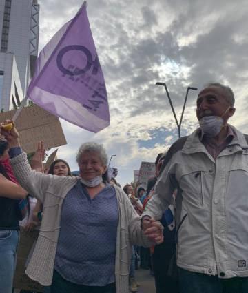 Una pareja en las calles de Santiago de Chile en la masiva protesta.