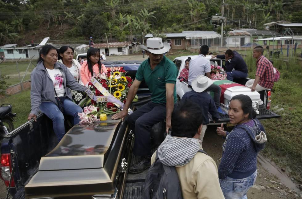 Familiares transportan los féretros de James Soto (i) y de la gobernadora Cristina Bautista (d), durante sus honras fúnebres.