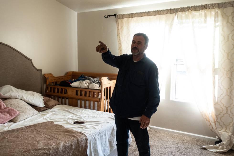 Adrián LeBarón. padre de Rhonita, este miércoles en la habitación de sus nietos.