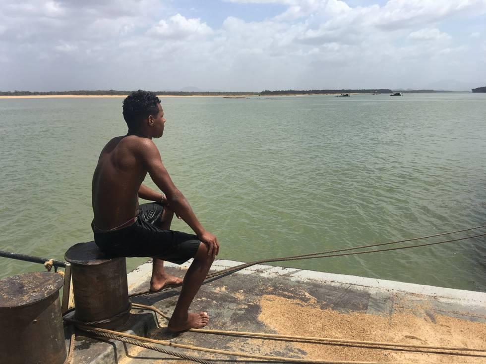 Un joven venezolano mira hacia el Río Branco en Boa Vista, Brasil