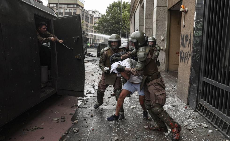 La policía detiene a un manifestante en Santiago de Chile, el viernes.