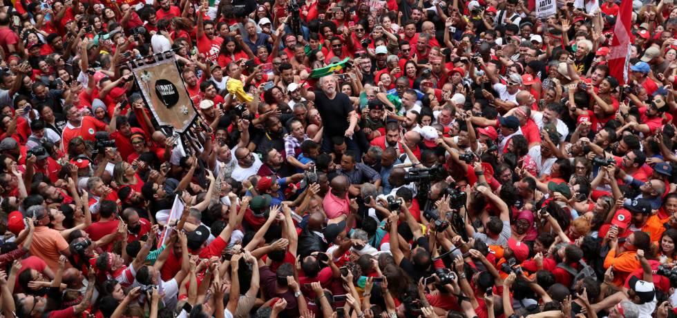 Lula aupado a los hombros de admiradores en el mitin.
