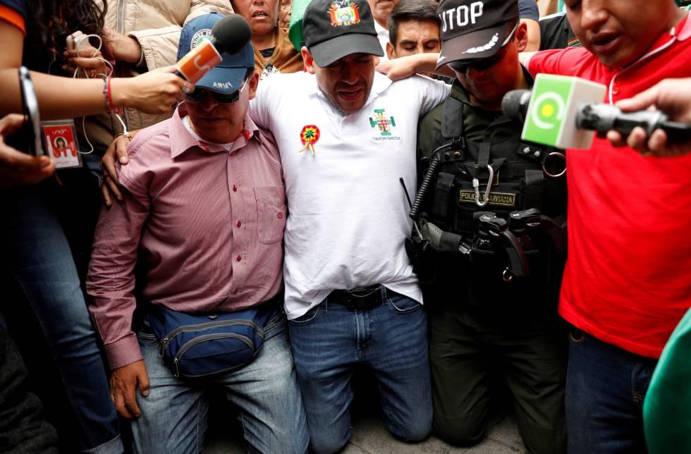 Luis Fernando Camacho, de rodillas, en una protesta.