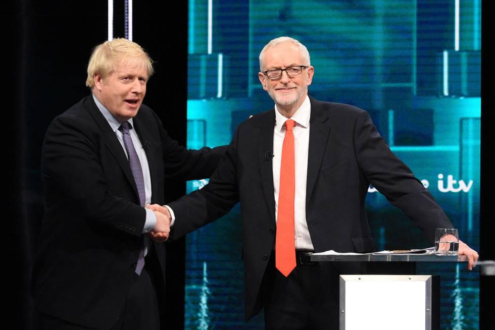 Boris Johnson da la mano a Jeremy Corbyn en el debate electoral de este martes