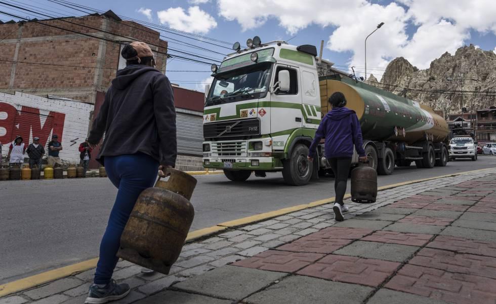 Vecinas de La Paz, este martes, cargando garrafas de gas.