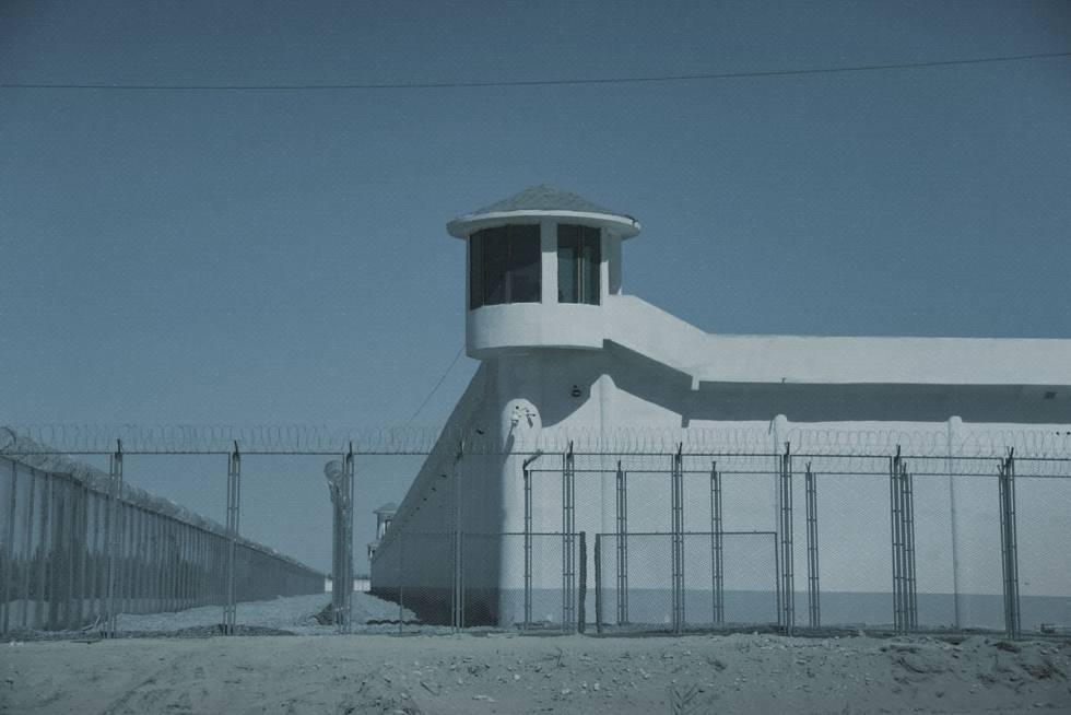 Torre de vigilancia en un campo de entrenamiento en Xinjiang, fotografiado por AFP.