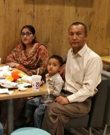 Ablikim Yusuf posa junto a su familia, en una foto sin datar en Islamabad.