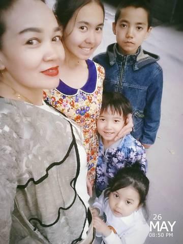 Selfi de la familia de Ablimit Tursun, poco antes de acceder a la Embajada de Bélgica en Pekín, el pasado 26 de mayo.