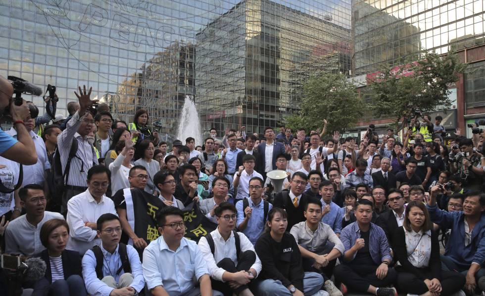 La avalancha demócrata en Hong Kong aumenta la presión sobre Pekín