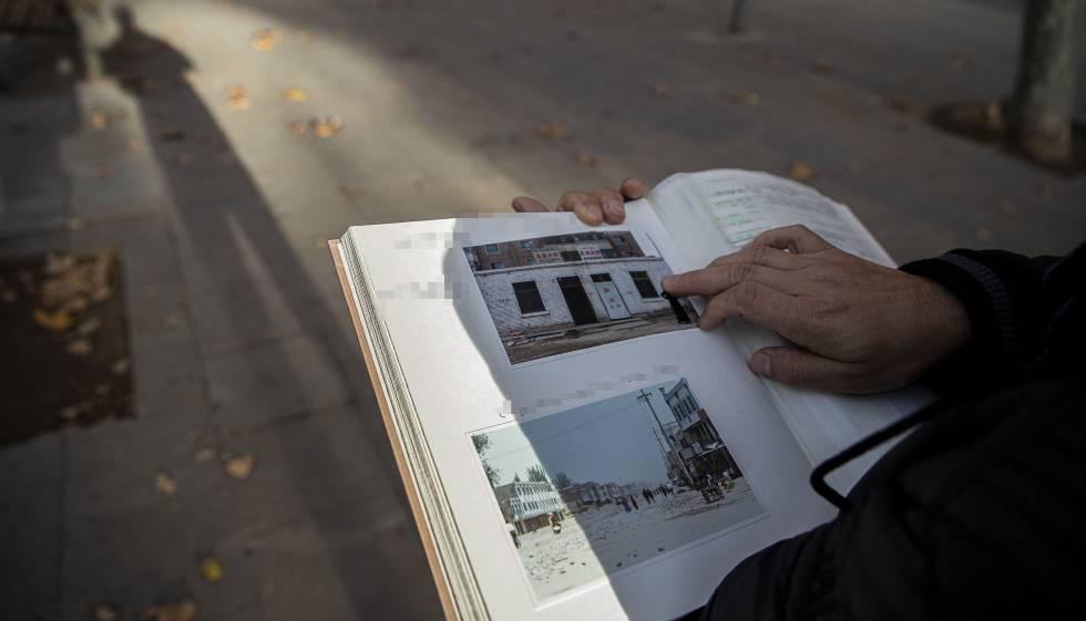 Un uigur residente en España muestra imágenes de su ciudad natal durante la entrevista.