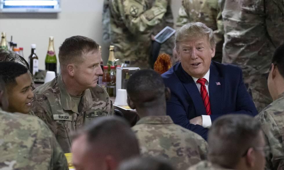 Trump habla con militares estadounidenses durante su visita sorpresa por Acción de Gracias.