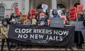 Activistas ante del Ayuntamiento de Nueva York