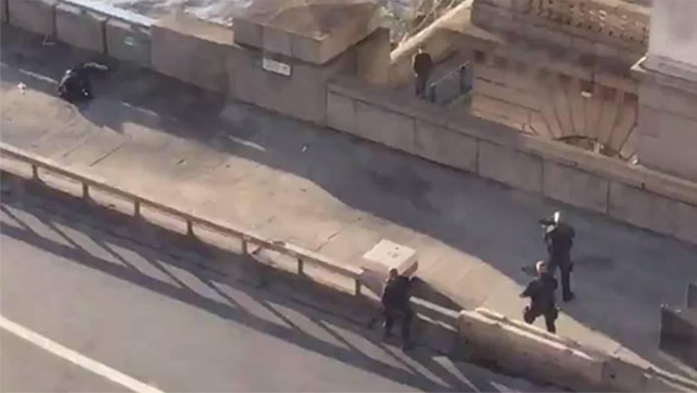 Agentes de segurança redem suspeito na ponte de Londres. No vídeo, imagens ao vivo.