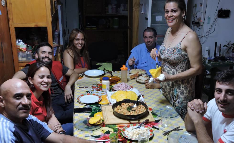 La venezolana María Lezama (de pie), prepara arepas para los compatriotas emigrados que se alojan en el hostel Mamá Carmen, en Iguazú.