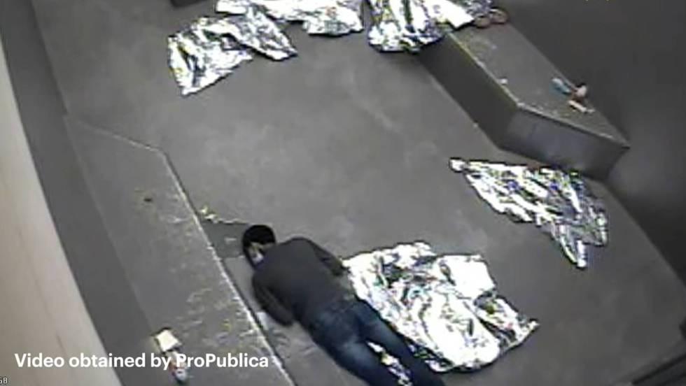 Captura do vídeo obtido por ProPublica que mostra o menor estendido no chão. ATENÇÃO: O vídeo contém imagens que podem ferir a sensibilidade do leitor.