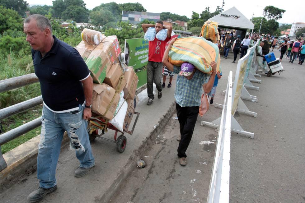 Venezolanos cruzan a Colombia para comprar suministros.