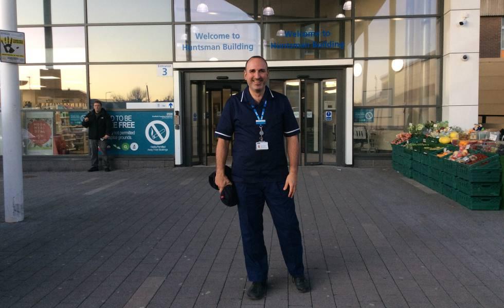 Joan Pons Laplana, en la entrada principal de su hospital en el norte de Sheffield.