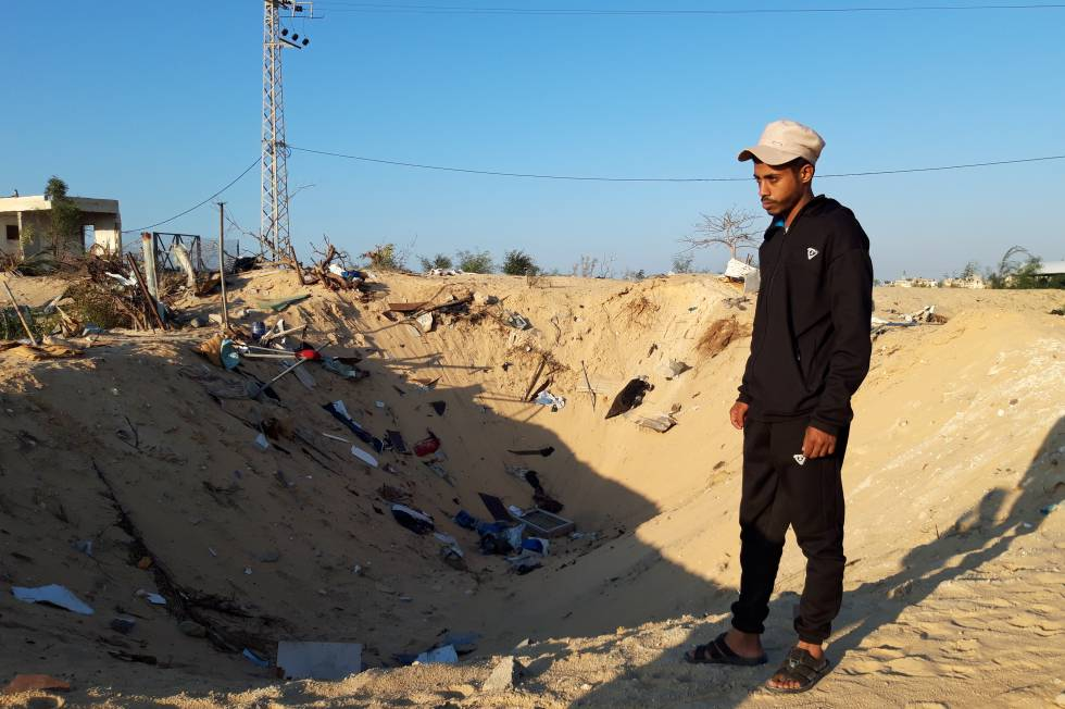 Mohamed Abu Malhus, neben dem Ort, an dem sich das Haus seiner Familie in Gaza befand.