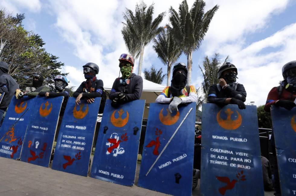 Los escudos azules, jóvenes que se ponen en primera línea de las protestas.
