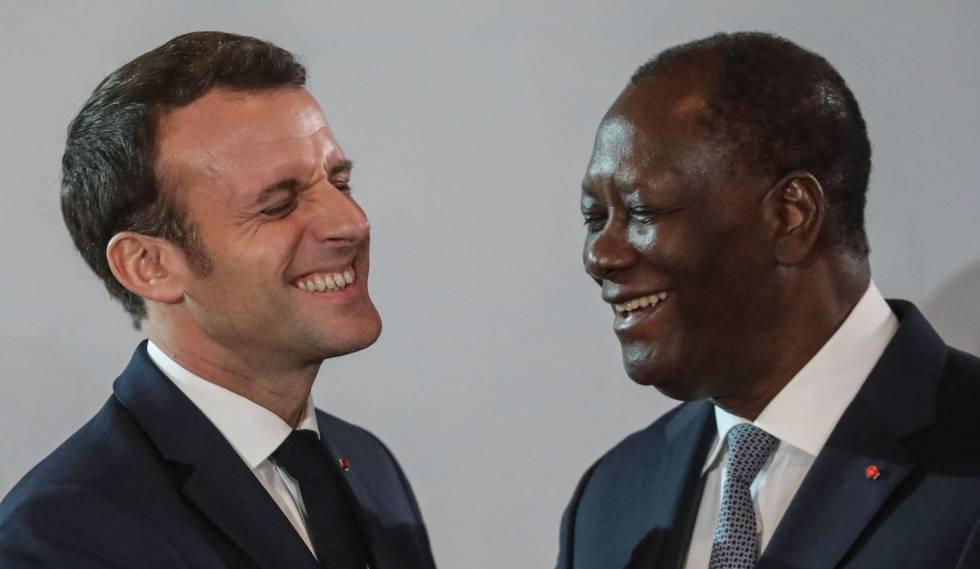 El presidente francés, Emmanuel Macron, junto a su homólogo de Costa de Marfil, Alassane Ouattara, el 21 e diciembre den Abiyán.