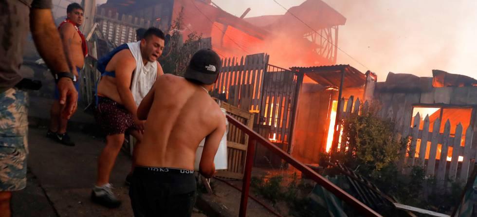 Lucha contra el fuego en uno de los cerros de Valparaíso, justo antes de la cena de Nochebuena.