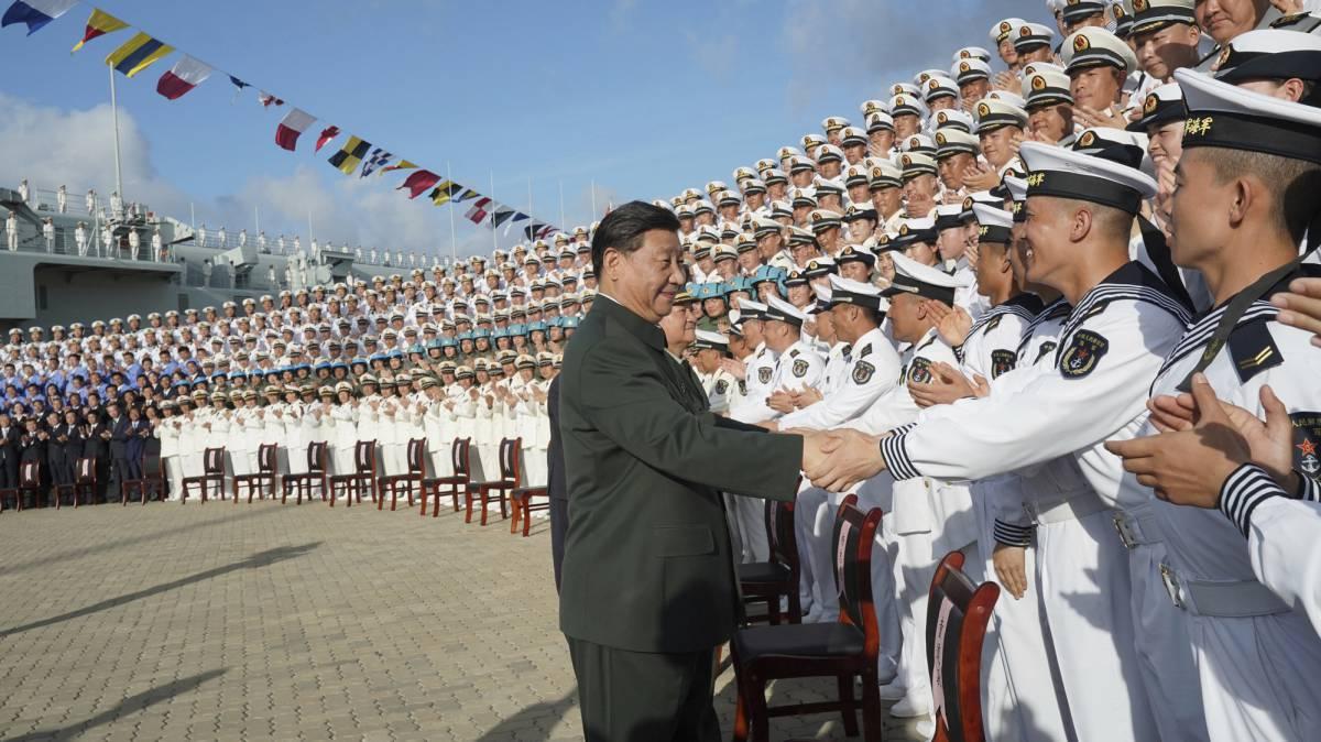 Xi Jinping saluda a marinos en el puerto de Sanya.