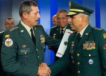 El general Nicacio Martínez (izquierda) saluda al general Eduardo Zapateiro (d) quien lo releva en la jefatura del Ejército. Foto cedida por la Presidencia de la República