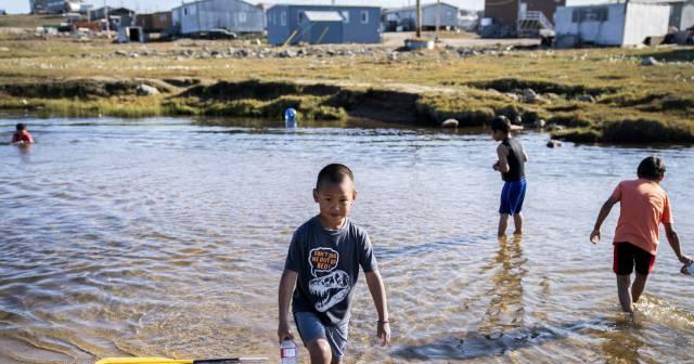 Un grupo de niños inuit en agosto en la ciudad de Pond Inlet.
