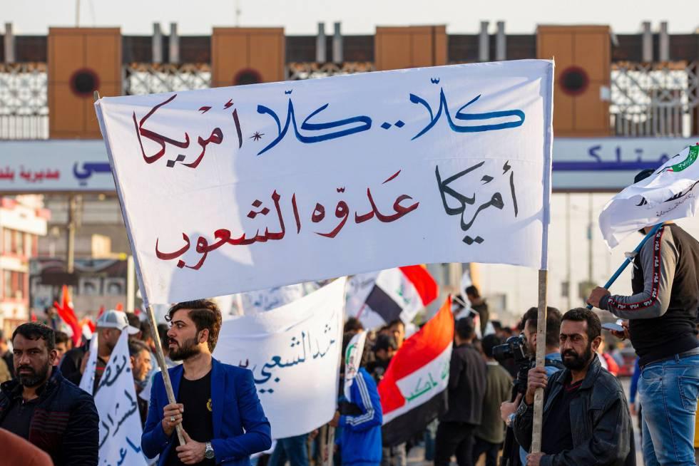 Partidarios del grupo proiraní Hashd Al Shaabi protestan este lunes en Basora contra el ataque de EEUU a las Brigadas de Hezbolá.