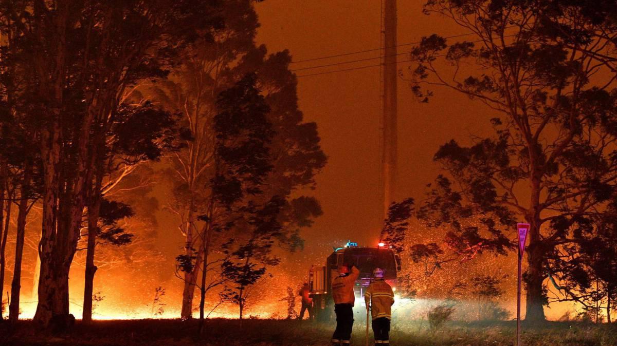 Los bomberos tratan de extinguir un incendio en Nowra, este martes.