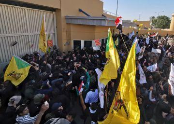 Cientos de personas protestan este martes frente a la Embajada de EE UU en Bagdad.