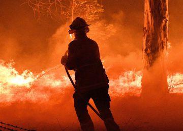Un bombero trata de apagar el fuego en Nowra, Nueva Gales del Sur, Australia, este martes.