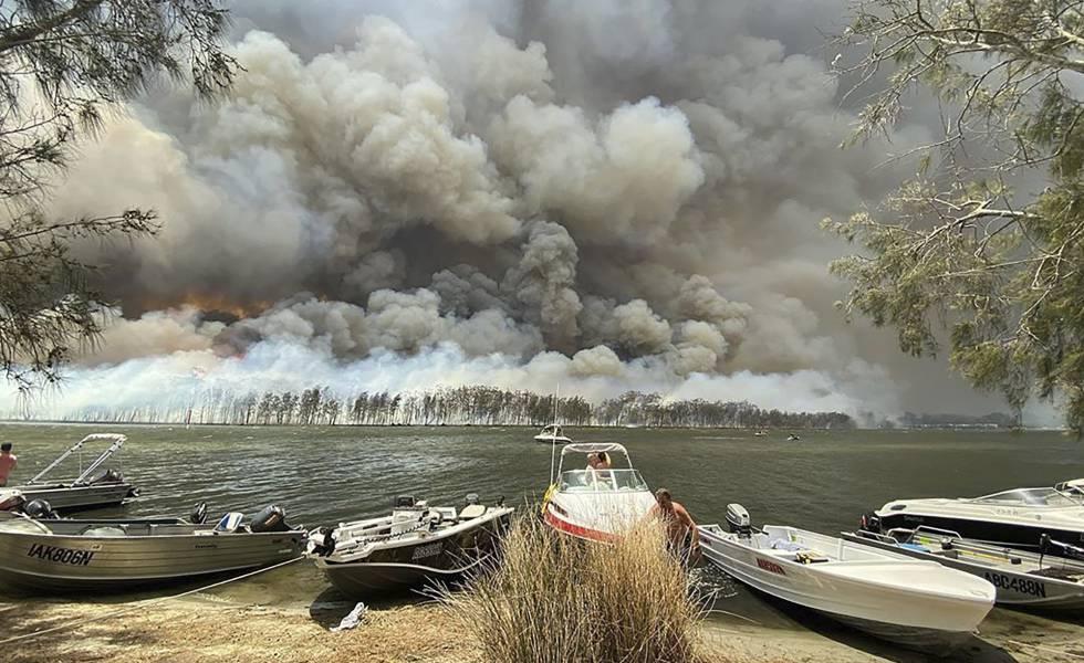 El humo provocado por los incendios forestales se puede ver detrás del lago Conjola, en Australia, este jueves.