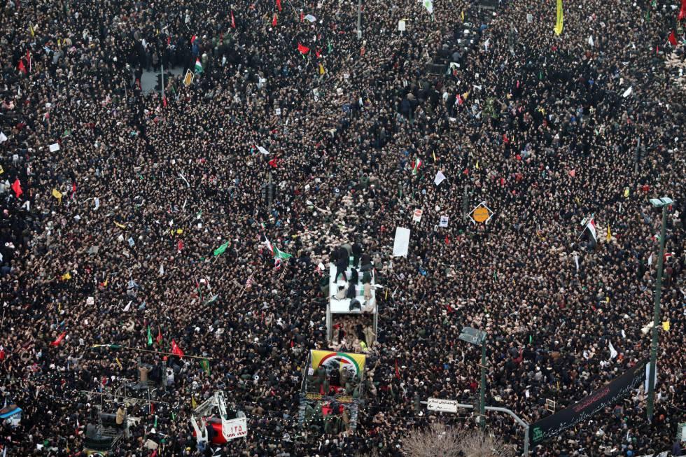 Ciudadanos iraníes portan el féretro de Qasem Soleimaní, en la ciudad de Mashhad, Irán.