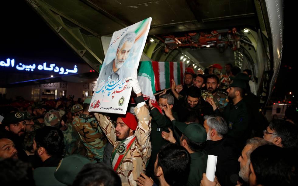 Un grupo de iraníes porta el féretro de Qassem Soleimani, en Ahvaz.