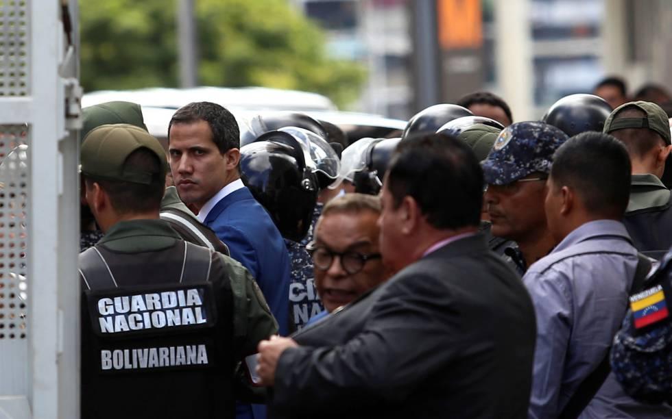 Guaidó, en las inmediaciones de la Asamblea Nacional, controlada por militares.