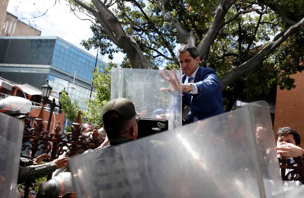 Juan Guaidó accede al recinto de la Asamblea Nacional en Caracas forcejeando con la policía.