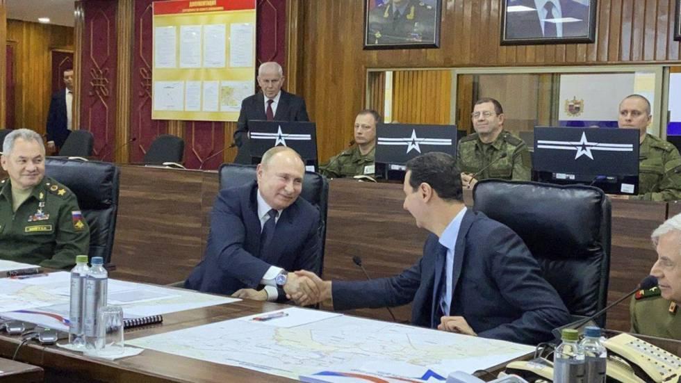 Vladímir Putin y Bachar el Asad estrechan sus manos, este martes en Damasco.