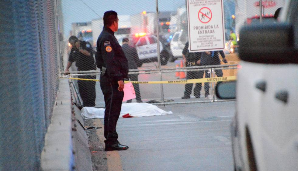 Los policías mexicanos resguardan el cuerpo del hombre, en el puente fronterizo Pharr-Reynosa.