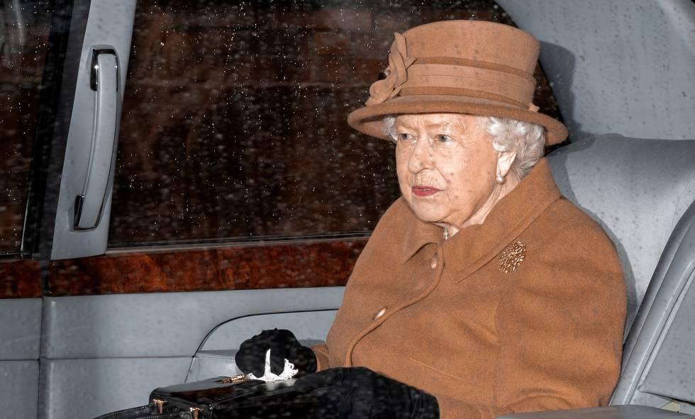 Isabel II, a la salida del servicio dominical en Sandringham, este domingo.