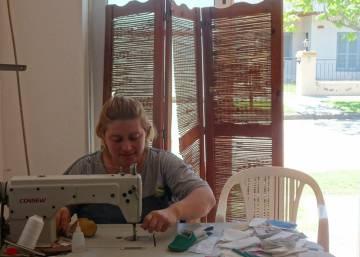 Joana Ojeda cose los zapatos de bebé que después vende por Internet.