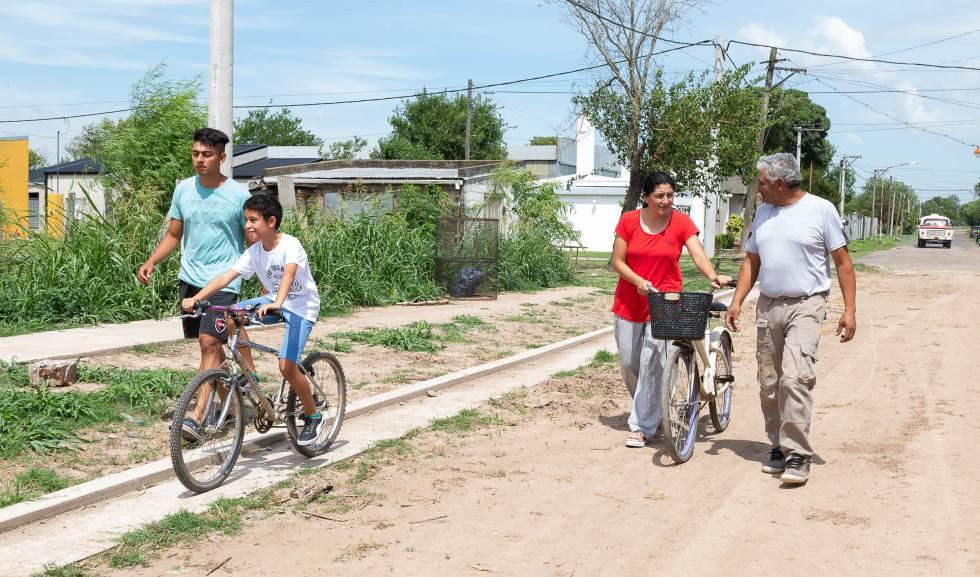 Víctor López (dcha), Claudia Suárez y sus hijos pasean por Colonia Belgrano.