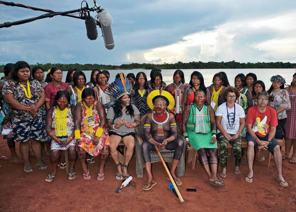 Varios de los participantes en la cumbre atienden a la prensa en la aldea de Piaracu este miércoles.