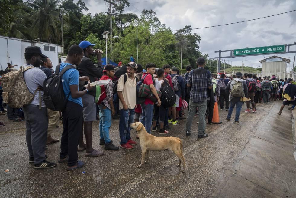 Migrantes esperan en la frontera de El Ceibo.