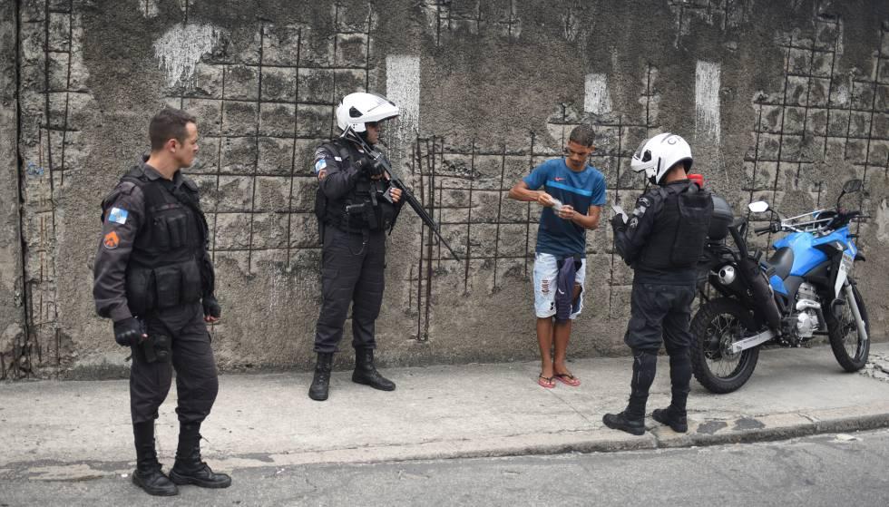Policías militares registran a un joven en una favela de Río en enero.