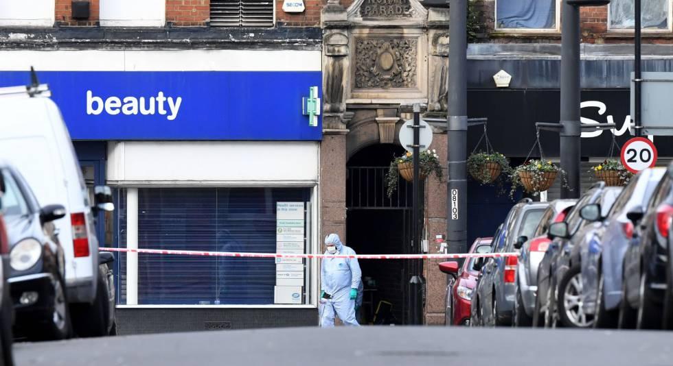 Un forense camina dentro de la zona acordonada tras el ataque del domingo en Londres.